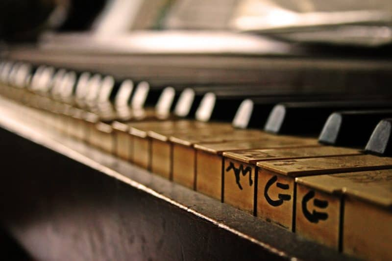 old-piano-with-dusty-keys